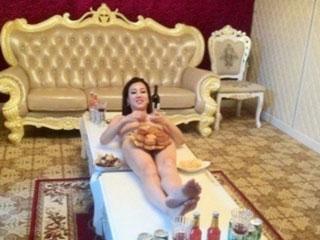 月饼人体宴 车模莫露露全裸气疯父母图片