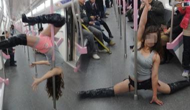 实拍地铁女子大跳钢管舞