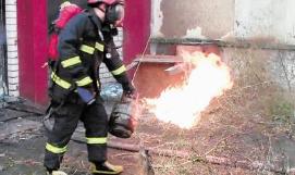 消防员抱喷火煤气罐疾走大喊:快走开!