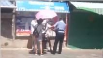 暖心一幕!男子晕倒在路边女孩为其撑伞