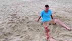 男子在沙滩躺着突然腿断了 原因傻眼
