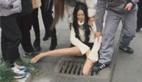 女孩大腿被卡在下水道众人却大笑 原因无奈