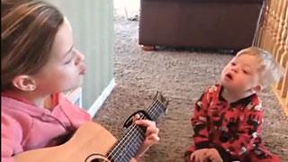 女孩用歌声教患有唐氏综合征的弟弟说话