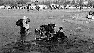 少年坠入冰窟 男子仗义施救