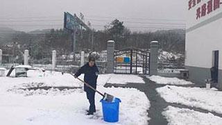 派出所暴雪封山停水 铁警煮雪饮水