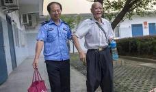 救助站护送85岁老人回家 11箱行李有7箱保健品