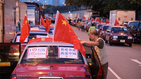 香港500多辆的士挂国旗
