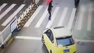 老人过马路车辆不让行