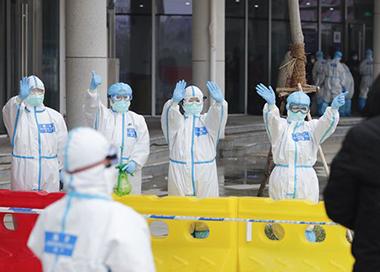 江夏方舱医院首批23名患者康复出院