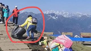 四川一景区寻找捡垃圾游客
